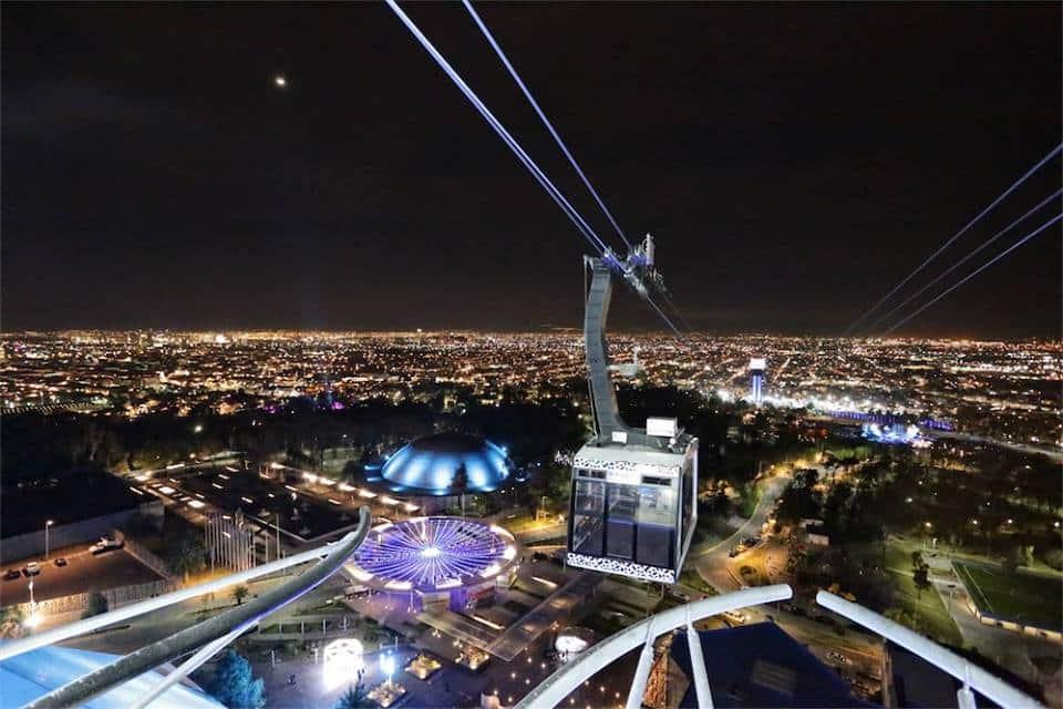 El Teleférico en pleno recorrido de noche